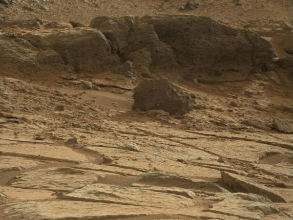 "The 20-inch-high ""Point Lake"" outcrop near Curiosity's current position (NASA/JPL-Caltech/MSSS)"