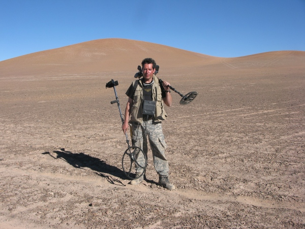 Geoff Notkin with meteorite-hunting gear in the Chilean desert (© Geoffrey Notkin)