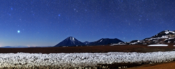 Icy penitentes march along the cold, dry ground on the Chajnantor Plateau near ALMA (ESO/Babak Tafreshi)