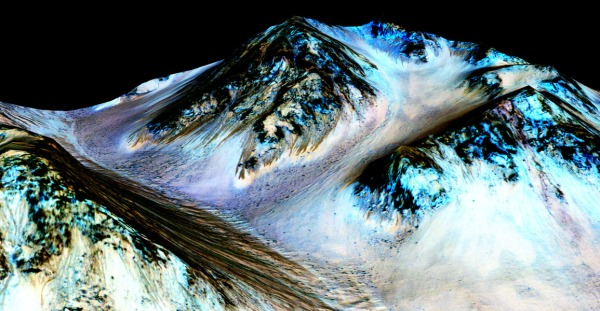 False-color image of a mountain on Mars with hundred-yard-long streaks running down its slopes. (NASA/JPL-Caltech/Univ. of Arizona)